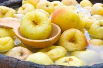 Отличная закуска с неповторимым вкусом — моченые яблоки.